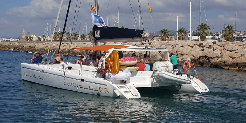 catamaran boat tour for 10 to 30 passengers